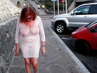 Schöne Reife Schlampe Geht Um Die Stadt Mit Nackten Brüsten