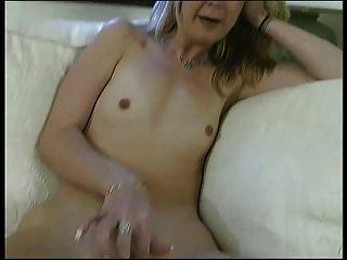 Blonde Schlampe Mit Flachen Brust Bekommt Ihre Saftige Rasierte Möse Drinnen Durch Stud Gefickt