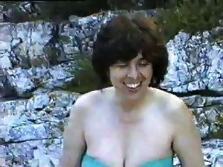Eine Haarige Reife Frau Erste Mal Nackt Auf Einem Fkk-strand