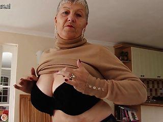 Ungezogen Vollbusigen Britische Oma Spielt Mit Sich Selbst