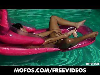 Bikini Bekleidete Bis Brünette Öle Und Masturbiert Im Pool