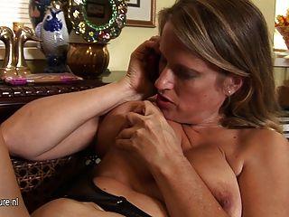 Hot American Puma Mutter Masturbiert, Während Am Telefon Sprechen