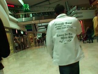 Teeny Und Von 2 Typen Auf Gefickt In Der Mall Angesprochen