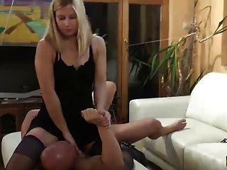 Frau Füttert Fernbedienung Tv Und Hoher Schuh Mann Heilen