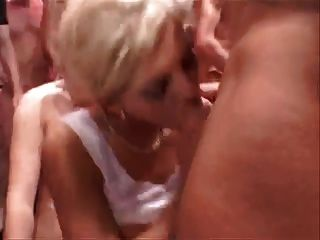 In Einem Gang Bang Blondine Mit Viel Sperma