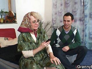 Oma Holt Enkel Ein Runter Aberdame.com Porno-Video