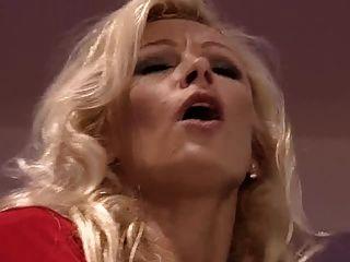 Blonde Frau Von Zwei Männern Gefangen