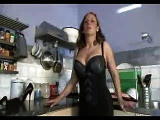 Frau mit perfekten Körper fickt sich mit einem riesigen Dildo