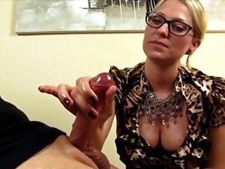 Blondine Gibt Heiße Fingerhandjob (cfnm)