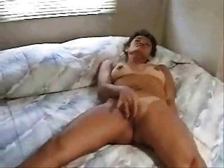 Frau Reiben Zum Orgasmus Auf Dem Bett (von Edquiss)