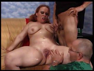 Mollige Frau Spielt Mit Zwei Männern