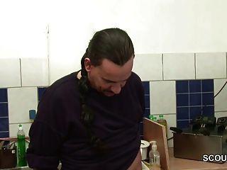 Petite Teen Azubi Wird Vom Koch Auf Arbeit Gefickt