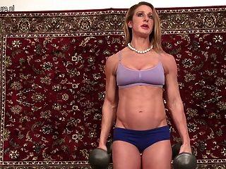 Muskulös Amerikanische Hausfrau Große Lippen Und Kitzler Zeigt