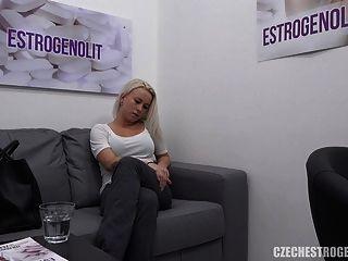 Vollbusige Blondine Verführt Ihren Arzt