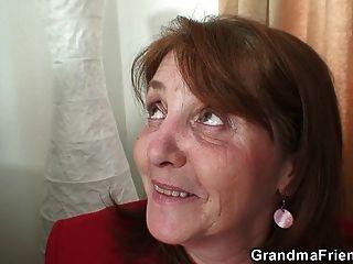 Sehr Alte Oma Nimmt Es Von Beiden Enden