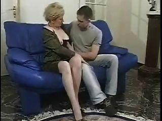 Oma Liebt Es, Geile Jungs Zu Necken