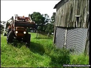 Stadtmädchen Von Alten Bauern Gefickt