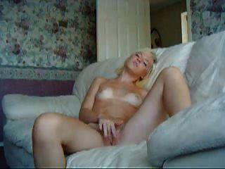 Junge Amateur Blondine Masturbieren Auf Einer Couch!