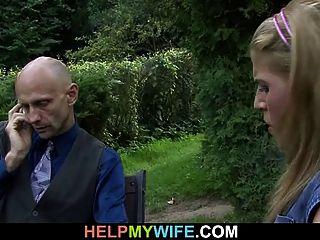 Der Alte Mann Schaut Ihn Fickt Seine Heiße Frau