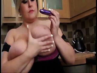 Hübsche Mom Mit Mega Riesigen Riesigen Boobs Spielen Mit Fotze