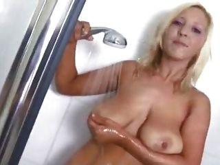 Grace Mckenzie Streifen Und Neckt In Der Dusche