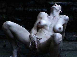 Frau Spritzt Im Regen