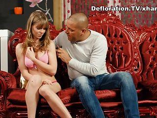 Großer Kerl Verführt Eine Blonde Jungfrau