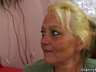 Alte Blonde Hure Wird Gehämmert