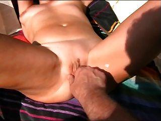 Frau Bekommt Orgasmus Beim Rasieren Am Strand