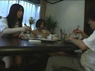 Asian Footjob Unter Dem Tisch