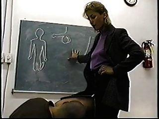 Autoritäre Klassische Lehrerin Gibt Ballbusting Lektion