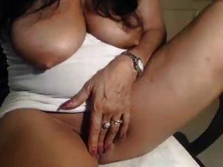 Milf Mit Hängenden Titten Und Verbreiten Pussy Finger Selbst