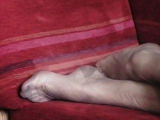 Die Nylon-füße Von Madame Bewegen Sich Auf Dem Sofa