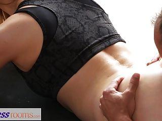 Fitnessraum Schmutzigen Yoga-lehrer Auf Wunderschönen Fitness-modell