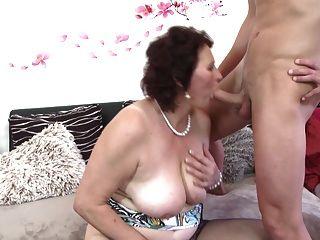 Busty Mutter Saugen Und Fuck Junge Glück Sohn