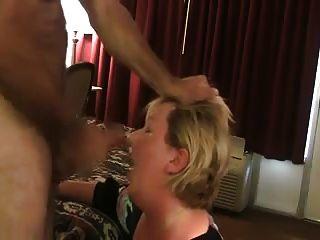 Frau Saugt Fremden In Seinem Motel Aus