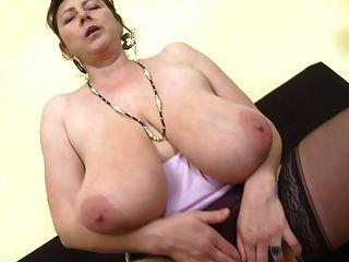 Wunderschöne Mama Mit Super Titten Und Hungriger Fotze