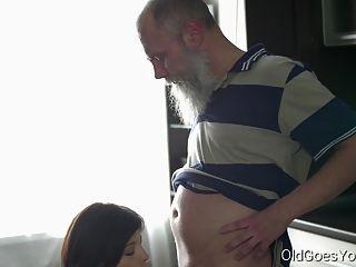 Alt Geht Junge Sexy Brunette Gerra Und Ihr Mann