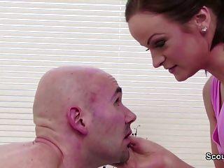 Massage Teen Verführen Zu Ficken Von Client In Der Stube