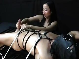 Asiatische Frau Quält Ihn Nach Orgasmus Handjob