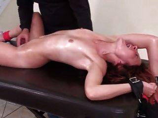 Kitzelnder Orgasmus In Bondage