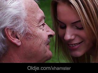 Teenie Schulmädchen Schluckt Opa Cumshot Outdoor Fuck