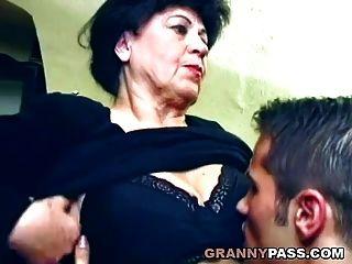 Schöne Oma Wird Auf Dem Tisch Gefickt