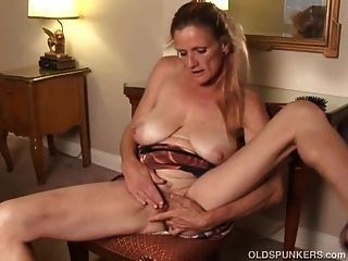 Skanky Old Spunker Fickt Ihre Durchnässte Pussy