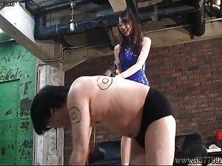 Japanische Domina Risa Peitscht Drei Sklaven