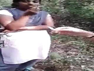 Desi Lesbo Mädchen Rauchen Im Dschungel