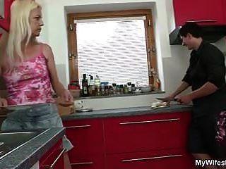 Blonde Mutter Verführt Schwiegersohn