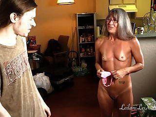Milf Teilt Panty Fetisch Mit Jungem Mann