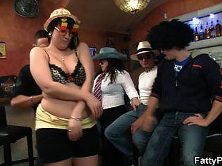 Mollige Partygirls Ziehen Sich In Der Bbw Bar Aus