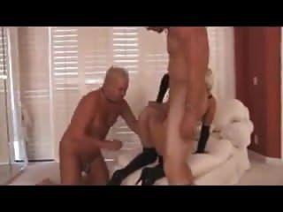 Blonde Dom Wird Vor Ihrem Cuckold-uhr Gefickt